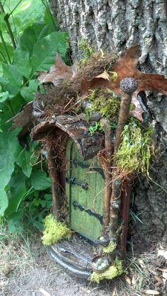 em uma árvore no seu quintal........FAIRY DOOR with four leaf clover perfect for by CindiBee on Etsy