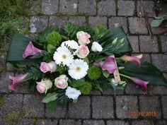 Paarse Calla's , roze rozen witte Lysianthus en witte Gerbera