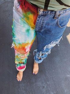 The cutest tie dye jeans ever! So boho and hippie. The cutest tie dye jeans ever! So boho and hippie. Painted Jeans, Painted Clothes, Diy Jeans, Diy Clothing, Custom Clothes, Tye Dye Jeans, Bleach Jeans, Diy Tie Dye Jeans, Diy Fashion