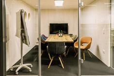 Innovative Büroräume aus Holz Conference Room, Table, Furniture, Home Decor, Life, Timber Wood, Homes, Homemade Home Decor, Meeting Rooms