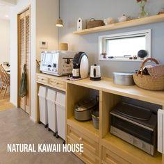 Natural kawaii house! 誰もが憧れるキッチン造作になりました!H様との戦いは忘れない(笑) レンジ・ゴミ箱・炊飯器などなど全て計算通り 奥様がよりハッピーにそしてキュンとする機能・デザインになったのでは(^O^)/ Japanese Kitchen, Japanese House, Kitchen Organisation, Kitchen Storage, Cozy Kitchen, New Kitchen, Open Kitchen Cabinets, Style Japonais, Compact Kitchen