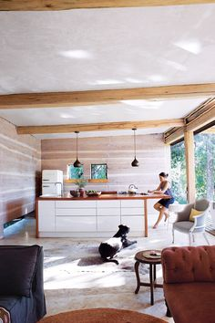 Tour this eco-friendly rammed-earth home in South Africa. Photography by Elsa Young. From the February 2018 issue of Inside Out Magazine. Available from newsagents, Zinio, https://au.zinio.com/magazine/Inside-Out-/pr-500646627/cat-cat1680012#/ and Nook.