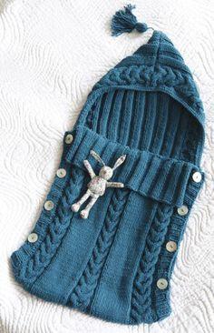 """Sempre tratto da """" famili"""" tricot, questo bel modello di sacco. Misure 0-3 mesi Ferri 4,5-5 un ferretto per trecce 4 grossi bottoni punti: coste 2/2 -2m diritte e due m rovesce coste 3/…"""