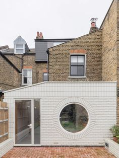 Simon Astridge adds white-brick extension to refurbished Victorian house - Dr Wong - Emporium of Tings. Brick Architecture, Architecture Details, Garden Architecture, Brick Extension, Rear Extension, Extension Designs, Extension Ideas, Brick Detail, Brick Facade