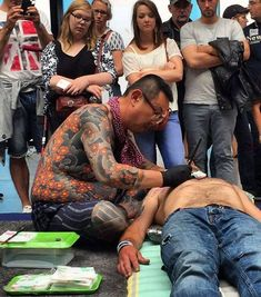 Search inspiration for a Japanese tattoo. Body Art Tattoos, Tatoos, Tebori Tattoo, Traditional Japanese Tattoos, Japan Tattoo, Tattoo Videos, Nice France, Irezumi, Nihon