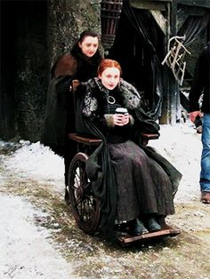 Sansa & Arya Stark (Sophie Turner & Maisie Williams, behind the scenes of GoT - Game of Thrones Serie Got, Film Serie, Game Of Thrones Cast, Game Of Thrones Funny, Spohie Turner, Dessin Game Of Thrones, Sansa Stark, Arya Stark Season 7, Bran Stark
