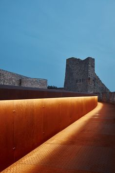 The weathering steel elements allow visitors to see the upper levels of the castle that were previously inaccessible, with bridges passing through rooms and passages built alongside the battlements. Heritage Institute, Weathering Steel, Up To The Sky, Prague Castle, Modelos 3d, Pedestrian Bridge, Corten Steel, Landscape Lighting, Architectural Elements