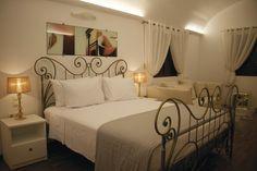 Santorin - Deluxe Hotel La Mer  moderne Zimmer Hotels, Bed, Santorini Island, Furniture, Greece, Home Decor, Air Travel, Viajes, House