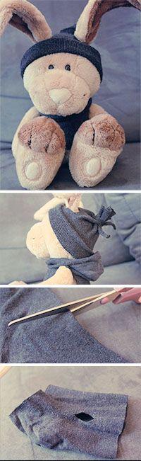 Socken verwerten.  Hasi hat ein cooles neues Outfit bekommen und das in nur 2 Minuten und mit Hilfe einer Schere und einer alten Socke.