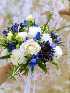 Bouquet de mariée blanc et bleu avec fleurs champêtres. Pour un mariage sous le signe de la fraîcheur.