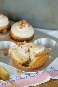 Fluffernuter Cupcakes - Peanut butter cupcakes with marshmallow creme filling!