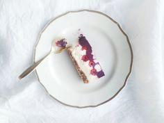 Raw vegan bilberry cake from my SuperLemon- blog. / Raaka ja vegaaninen kuningatarleivos by Karita Tykkä