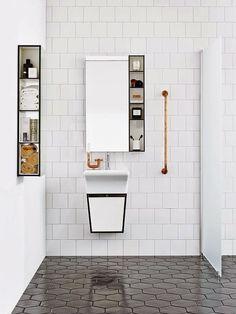 évier céramique, tuiles du sol hexagonales et noires, rangement minimaliste