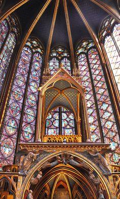 LA SAINTE CHAPELLE PARIS 1242-1248 Apparu en région d'Île-de-France vers le xiie siècle, l'art gothique français se développe en Europe, évoluant au xive siècle vers le gothique international au caractère plus profane. L'art gothique est d'abord illustré par l'architecture, mais aussi par la sculpture, la peinture sur bois, le vitrail, et l'enluminure
