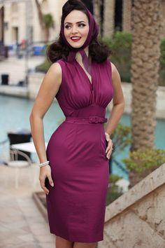 Dieses 50s Loretta Pencil Dress wird dich eine super feminine Ausstrahlung verleihen, wie bei Idda van Munster!Oh la la, dieses Kleid hat einfach alles um dich einen verführerischen, aber trotzdem klassischen Look zu verleihen; eine V-Halslinie, Raffungen am Busen und breite Träger, außerdem versehen mit einem Gürtel der deine Taille hübsch betonen wird, für eine weibliche Silhouette. Hergestellt aus einem leicht dehnbaren Baumwolle-MIx in Orchidee, für ei...