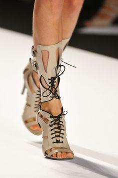 Sandalias Estilo Gladiador en la pasarela de NY - We Are Fashion School