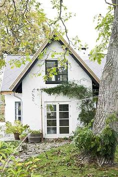 Summer living, Danish-style - in pictures Small Cottage Homes, Small Cottages, Cottage House Plans, Cabins And Cottages, White Cottage, Cozy Cottage, Exterior Design, Interior And Exterior, Green Design