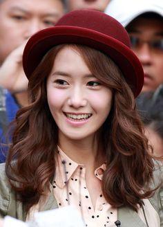 Yoona sành điệu với tóc lửng uốn xoăn ngang vai cùng mũ phớt. Tóc đẹp mùa thu