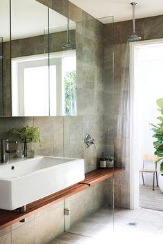 mooi hoe plankje wastafel doorloopt in douche