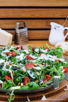 Arugula, tomato and Parmesan salad Easy Smoothie Recipes, Good Healthy Recipes, Veggie Recipes, Healthy Snacks, Low Carb Brasil, Bbq Salads, Superfood Salad, Comfort Food, Food Shows