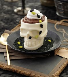 No Halloween party is complete without this pudding head candy skull! // Halloween Dessert // Wilton