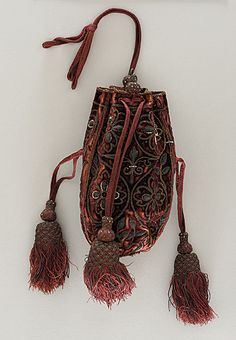 Woman's Purse - France - circa 1595 Silk velvet with metallic-thread embroidery and seed pearls; braided and knotted trim. Length: 6 in. Vintage Purses, Vintage Bags, Vintage Handbags, Vintage Outfits, Vintage Shoes, Mode Renaissance, Costume Renaissance, Antique Clothing, Historical Clothing