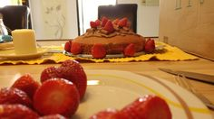 #Vanille #Schoko #Kuchen mit #Erdbeeren und #Schokoriegel Dekoration