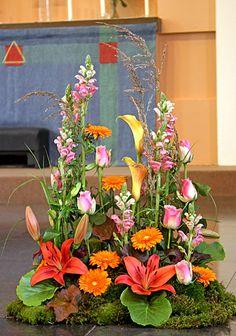 Sorgdekoration i vegetativ stil http://holmsundsblommor.blogspot.se/2010/08/vegetativ-sorgdekoration.html. Nr 3H Calla, lilies, anthirrum, gerbera, roses...