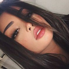 Listed below are 5 main reasons why you might have been carrying the wrong color lipstick all your life. Tumblr Photography, Portrait Photography, Selfie Posen, Beauty Trends, Beauty Hacks, Cute Selfie Ideas, Tmblr Girl, Tumblr Face, Cute Poses