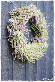 HØSTKRANSER Vi har laget dørkranser i høstfarger, på den enkle måten. Grapevine Wreath, Grape Vines, Floral Wreath, Wreaths, Base, Home Decor, Tips, Kunst, Decoration Home