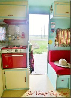 vintage caravans 570620215285251903 - The Vintage Bag Lady's Glamper. Love some of the sneaky drawers and hangers that allow storage Source by indilion Vintage Rv, Vintage Caravans, Vintage Travel Trailers, Vintage Bags, Vintage Shoes, Retro Caravan, Retro Campers, Vintage Campers, Happy Campers