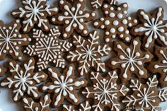 From the Kitchen: Piped Royal Icing on Sugar Cookies and Gingerbread (with recipes) Christmas Biscuits, Christmas Sugar Cookies, Christmas Sweets, Christmas Gingerbread, Christmas Cooking, Holiday Cookies, Gingerbread Cookies, Snowflake Cookies, Ginger Cookies