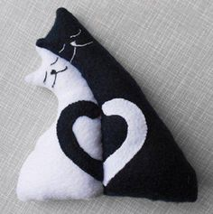 Sewing Toys, Sewing Crafts, Sewing Projects, Fabric Animals, Felt Animals, Couch Monster, Crochet Cat Pattern, Sewing To Sell, Cat Cushion