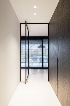 Modern glass pivoting doors made-to-measure with innovative hinges Flush Doors, Pivot Doors, Home Interior Design, Interior Architecture, Indoor Glass Doors, Door Design, House Design, Steel Doors And Windows, Aluminium Doors