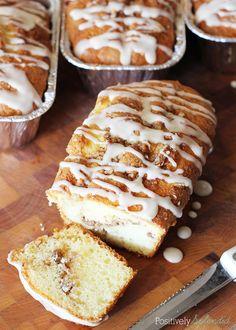 Bun Mini Loaves Honey Bun Mini Loaves at Positively Splendid. Super easy and SO delicious! Perfect for gift-giving!Honey Bun Mini Loaves at Positively Splendid. Super easy and SO delicious! Perfect for gift-giving! Köstliche Desserts, Delicious Desserts, Dessert Recipes, Yummy Food, Brunch Recipes, Loaf Recipes, Banana Bread Recipes, Baking Recipes, Donut Recipes