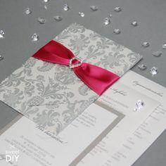 Bei dieser DIY Idee haben wir eine Karte mit Einstecktasche, ein Strassherz und Satinband in Pink kombiniert. Die Karte ist aus italienischem Papier und wurde im Siebdruck mit Ornamenten bedruckt. Durch die passenden und einfach zu bedruckenden Einlegekarten, könnt ihr diese Idee ganz einfach selbst umsetzen.    Hochzeitskarten basteln - Karte mit Einstecktasche - DIY   