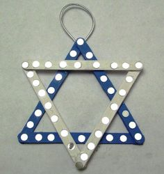 Star of David craft for Hanukkah. This will be fun to do with the kids this holiday.