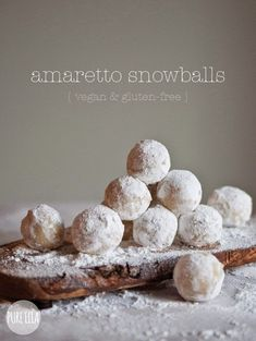 Amaretto Snowballs : gluten-free, vegan, quick no-bake dessert. 2 cups blanched almonds 1 cup gluten free icing sugar + extra for coating 2 tsp almond extract tbsp amaretto liqueur Gluten Free Baking, Gluten Free Desserts, No Bake Desserts, Vegan Desserts, Delicious Desserts, Dessert Recipes, Yummy Food, Cookie Recipes, Vegan Recipes