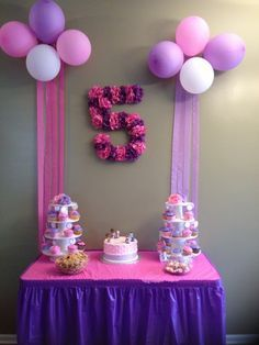 Mesa de postres de fiesta Dra. Juguetes de colores lila y rosa. #FiestaDoctoraJuguetes