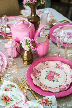 A romantic Vintage Valentine's Day Pink Tablescape created with Paper Plates! It is pretty and budget friendly inspiration for early Spring entertaining Vintage Valentines, Valentines Day, Pink Table Settings, Place Settings, Style Vintage, Vintage Inspired, Paper Plates, Tablescapes, Pretty In Pink