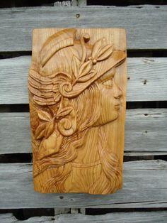 Realmente original pieza de arte de la pared. Todo fue mano tallada con una variedad de madera gubias y un martillo, luego luego lija suave. Es una gran obra de arte que es mas de un tipo y hechos a mano. Muestra una diosa hermosa figura y la ceniza de madera tiene algunos bellos todos líneas de grano de madera natural en él que lo hace realmente destacado. Mira gran colgante en la pared y es algo muy singular y no se encuentra fácilmente.   La escultura es aproximadamente de 17 3/4 de largo…