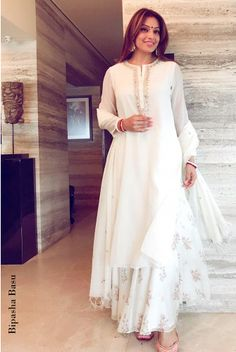 Anita Dongre designs a calm and classic look with this Chanderi kurta adorned with dori, gota patti and pearl embellishements and paired with a printed sharara and embroidered dupatta. Style it with sequinned mojris and a beadwork potli bag. Pakistani Fashion Casual, Pakistani Dress Design, Pakistani Outfits, Indian Outfits, Indian Fashion, Eid Outfits, Fashion Usa, Indian Dresses, Runway Fashion