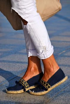 Espadrilles and white jeans Pretty Shoes, Beautiful Shoes, Cute Shoes, Espadrilles, Zapatillas Slip On, Shoe Wardrobe, Best Running Shoes, Crochet Shoes, Summer Shoes