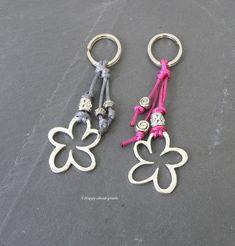 Keychain Flower Keychain a unique product by Happy-about-pearls on DaWanda Diy Keychain, Tassel Keychain, Wire Jewelry, Beaded Jewelry, Jewelery, Bead Crafts, Jewelry Crafts, Diy Backpack, Bijoux Diy