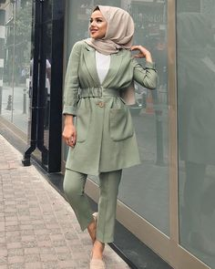 The actual scarf is a vital piece inside the clothing of women using hijab. Abaya Fashion, Muslim Fashion, Modest Fashion, Fashion Outfits, Casual Hijab Outfit, Hijab Chic, Hijab Dress, Iranian Women Fashion, Muslim Women