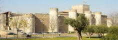 El Palacio de la Aljafería fue palacio de los reyes musulmanes, de los reyes cristianos de Aragón y de los reyes católicos, pero también sede de la Inquisición durante siglos y más tarde... cuartel.  Todo eso la ha convertido en el lugar más cargado de leyenda de Zaragoza.