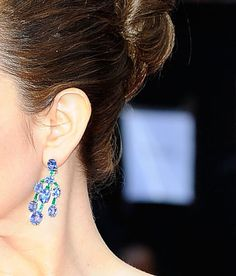 Tina Fey wore gorgeous 50 carat blue sapphire and emerald Bulgari chandelier earrings