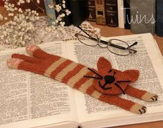 Knitted cat bookmark
