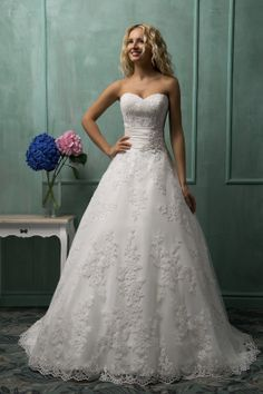 The romantic and dignity A-line straplesss sweetheart neck white lace floor-length chapel train wedding dress with the fully charming embroidery and the sexy open back
