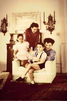 Judy Garland with her kids - Liza Minelli, Lorna and Joey Luft